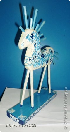 Новый 2014 год по восточному календарю – год синей деревянной лошади. Синий цвет символизирует глубину и высоту. Деревянная лошадь — это природная сила грациозности животного и силы живого дерева, которое способно пробиться сквозь невероятные преграды на пути к солнцу.   фото 27