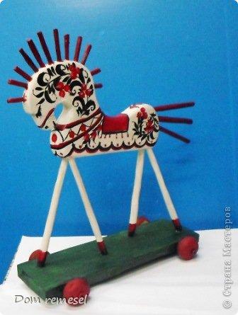 Новый 2014 год по восточному календарю – год синей деревянной лошади. Синий цвет символизирует глубину и высоту. Деревянная лошадь — это природная сила грациозности животного и силы живого дерева, которое способно пробиться сквозь невероятные преграды на пути к солнцу.   фото 28