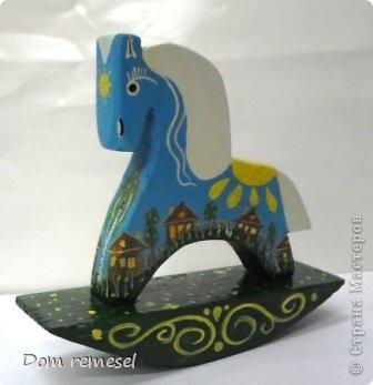 Новый 2014 год по восточному календарю – год синей деревянной лошади. Синий цвет символизирует глубину и высоту. Деревянная лошадь — это природная сила грациозности животного и силы живого дерева, которое способно пробиться сквозь невероятные преграды на пути к солнцу.   фото 29