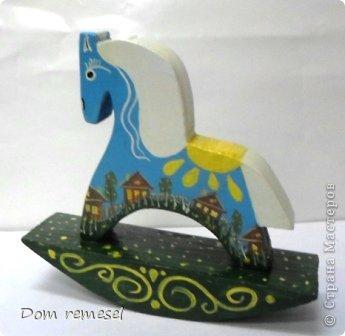 Новый 2014 год по восточному календарю – год синей деревянной лошади. Синий цвет символизирует глубину и высоту. Деревянная лошадь — это природная сила грациозности животного и силы живого дерева, которое способно пробиться сквозь невероятные преграды на пути к солнцу.   фото 30