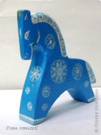 Новый 2014 год по восточному календарю – год синей деревянной лошади. Синий цвет символизирует глубину и высоту. Деревянная лошадь — это природная сила грациозности животного и силы живого дерева, которое способно пробиться сквозь невероятные преграды на пути к солнцу.   фото 31