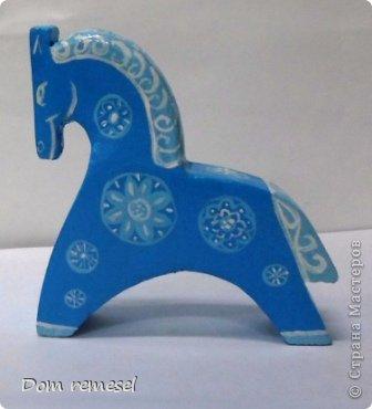 Новый 2014 год по восточному календарю – год синей деревянной лошади. Синий цвет символизирует глубину и высоту. Деревянная лошадь — это природная сила грациозности животного и силы живого дерева, которое способно пробиться сквозь невероятные преграды на пути к солнцу.   фото 32