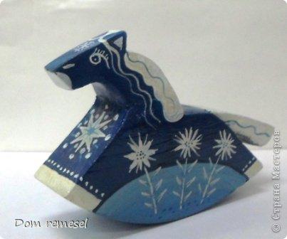 Новый 2014 год по восточному календарю – год синей деревянной лошади. Синий цвет символизирует глубину и высоту. Деревянная лошадь — это природная сила грациозности животного и силы живого дерева, которое способно пробиться сквозь невероятные преграды на пути к солнцу.   фото 33