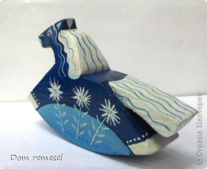Новый 2014 год по восточному календарю – год синей деревянной лошади. Синий цвет символизирует глубину и высоту. Деревянная лошадь — это природная сила грациозности животного и силы живого дерева, которое способно пробиться сквозь невероятные преграды на пути к солнцу.   фото 34