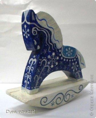 Новый 2014 год по восточному календарю – год синей деревянной лошади. Синий цвет символизирует глубину и высоту. Деревянная лошадь — это природная сила грациозности животного и силы живого дерева, которое способно пробиться сквозь невероятные преграды на пути к солнцу.   фото 35