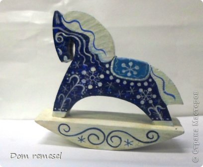 Новый 2014 год по восточному календарю – год синей деревянной лошади. Синий цвет символизирует глубину и высоту. Деревянная лошадь — это природная сила грациозности животного и силы живого дерева, которое способно пробиться сквозь невероятные преграды на пути к солнцу.   фото 36