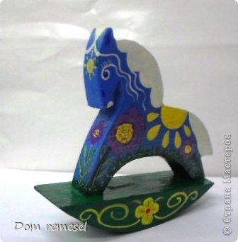 Новый 2014 год по восточному календарю – год синей деревянной лошади. Синий цвет символизирует глубину и высоту. Деревянная лошадь — это природная сила грациозности животного и силы живого дерева, которое способно пробиться сквозь невероятные преграды на пути к солнцу.   фото 37