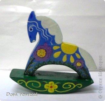 Новый 2014 год по восточному календарю – год синей деревянной лошади. Синий цвет символизирует глубину и высоту. Деревянная лошадь — это природная сила грациозности животного и силы живого дерева, которое способно пробиться сквозь невероятные преграды на пути к солнцу.   фото 38