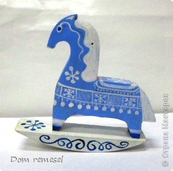 Новый 2014 год по восточному календарю – год синей деревянной лошади. Синий цвет символизирует глубину и высоту. Деревянная лошадь — это природная сила грациозности животного и силы живого дерева, которое способно пробиться сквозь невероятные преграды на пути к солнцу.   фото 40