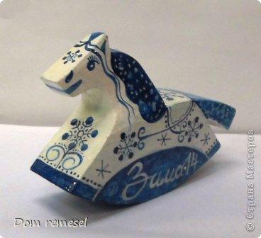 Новый 2014 год по восточному календарю – год синей деревянной лошади. Синий цвет символизирует глубину и высоту. Деревянная лошадь — это природная сила грациозности животного и силы живого дерева, которое способно пробиться сквозь невероятные преграды на пути к солнцу.   фото 41