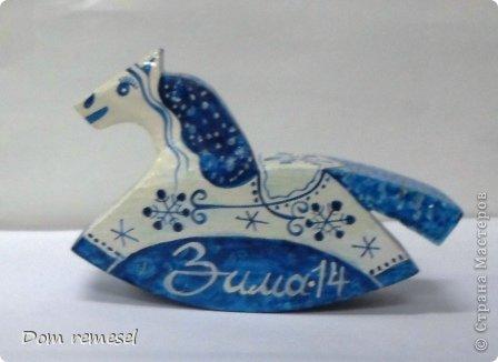 Новый 2014 год по восточному календарю – год синей деревянной лошади. Синий цвет символизирует глубину и высоту. Деревянная лошадь — это природная сила грациозности животного и силы живого дерева, которое способно пробиться сквозь невероятные преграды на пути к солнцу.   фото 42