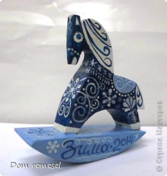 Новый 2014 год по восточному календарю – год синей деревянной лошади. Синий цвет символизирует глубину и высоту. Деревянная лошадь — это природная сила грациозности животного и силы живого дерева, которое способно пробиться сквозь невероятные преграды на пути к солнцу.   фото 43