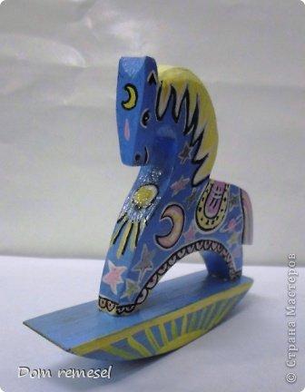 Новый 2014 год по восточному календарю – год синей деревянной лошади. Синий цвет символизирует глубину и высоту. Деревянная лошадь — это природная сила грациозности животного и силы живого дерева, которое способно пробиться сквозь невероятные преграды на пути к солнцу.   фото 45