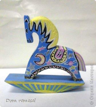 Новый 2014 год по восточному календарю – год синей деревянной лошади. Синий цвет символизирует глубину и высоту. Деревянная лошадь — это природная сила грациозности животного и силы живого дерева, которое способно пробиться сквозь невероятные преграды на пути к солнцу.   фото 46