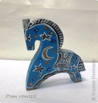 Новый 2014 год по восточному календарю – год синей деревянной лошади. Синий цвет символизирует глубину и высоту. Деревянная лошадь — это природная сила грациозности животного и силы живого дерева, которое способно пробиться сквозь невероятные преграды на пути к солнцу.   фото 47