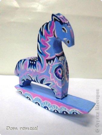 Новый 2014 год по восточному календарю – год синей деревянной лошади. Синий цвет символизирует глубину и высоту. Деревянная лошадь — это природная сила грациозности животного и силы живого дерева, которое способно пробиться сквозь невероятные преграды на пути к солнцу.   фото 51