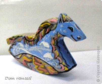 Новый 2014 год по восточному календарю – год синей деревянной лошади. Синий цвет символизирует глубину и высоту. Деревянная лошадь — это природная сила грациозности животного и силы живого дерева, которое способно пробиться сквозь невероятные преграды на пути к солнцу.   фото 53