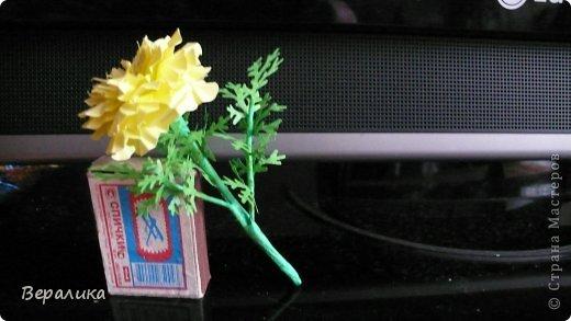 Здравствуйте, дорогие мастерицы и мастера! Ранее я уже рассказывала  вам как сделать бархатцы для картины, смотреть здесь https://stranamasterov.ru/node/627611  . Сегодня я хочу показать вам как сделать маленькие объемные желтые бархатцы для объемной вазочки. Весь МК состоит из 5 частей- всего 21 фото.  Для цветов нам понадобится: -цветная бумага для ксерокса желтого и зеленого цвета; -креповая бумага; -клей ПВА; -проволока; -пинцет. Часть I. фото 2