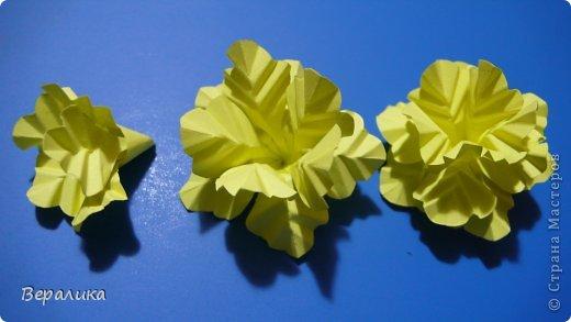 Здравствуйте, дорогие мастерицы и мастера! Ранее я уже рассказывала  вам как сделать бархатцы для картины, смотреть здесь https://stranamasterov.ru/node/627611  . Сегодня я хочу показать вам как сделать маленькие объемные желтые бархатцы для объемной вазочки. Весь МК состоит из 5 частей- всего 21 фото.  Для цветов нам понадобится: -цветная бумага для ксерокса желтого и зеленого цвета; -креповая бумага; -клей ПВА; -проволока; -пинцет. Часть I. фото 7
