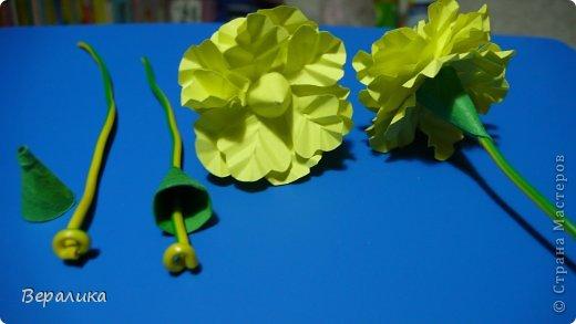 Здравствуйте, дорогие мастерицы и мастера! Ранее я уже рассказывала  вам как сделать бархатцы для картины, смотреть здесь https://stranamasterov.ru/node/627611  . Сегодня я хочу показать вам как сделать маленькие объемные желтые бархатцы для объемной вазочки. Весь МК состоит из 5 частей- всего 21 фото.  Для цветов нам понадобится: -цветная бумага для ксерокса желтого и зеленого цвета; -креповая бумага; -клей ПВА; -проволока; -пинцет. Часть I. фото 16