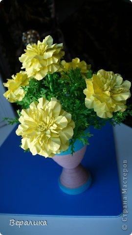Здравствуйте, дорогие мастерицы и мастера! Ранее я уже рассказывала  вам как сделать бархатцы для картины, смотреть здесь https://stranamasterov.ru/node/627611  . Сегодня я хочу показать вам как сделать маленькие объемные желтые бархатцы для объемной вазочки. Весь МК состоит из 5 частей- всего 21 фото.  Для цветов нам понадобится: -цветная бумага для ксерокса желтого и зеленого цвета; -креповая бумага; -клей ПВА; -проволока; -пинцет. Часть I. фото 21