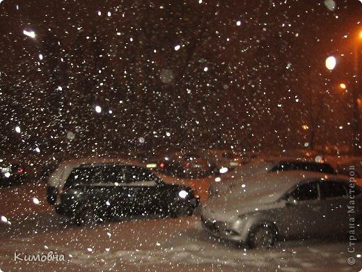 Как мы все просили у зимы снега! Все новогодние праздники прошли при +4 градусах. Какой там уж снег... Но как говорят - бойся желаний, могут исполнится. Практически за 2-3 дня температура за окном упала до 20-23 мороза!!! За сутки до катаклизма выпал снег. Нет, не так - ВЫПАЛ СНЕГ. Если я на ошибаюсь, то такая погода в моем родном Днепропетровске была лет 15-20 назад. Как и полагается порядочному катаклизму он подкрался в самое тихое время - ночью. Проснувшись утром, люди попали из лета в суровую зиму. Чтобы пойти на работу, пришлось сначала в 4:30 утра идти откапывать подъезд. Тихо падает снежок))) фото 1