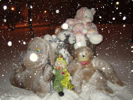Как мы все просили у зимы снега! Все новогодние праздники прошли при +4 градусах. Какой там уж снег... Но как говорят - бойся желаний, могут исполнится. Практически за 2-3 дня температура за окном упала до 20-23 мороза!!! За сутки до катаклизма выпал снег. Нет, не так - ВЫПАЛ СНЕГ. Если я на ошибаюсь, то такая погода в моем родном Днепропетровске была лет 15-20 назад. Как и полагается порядочному катаклизму он подкрался в самое тихое время - ночью. Проснувшись утром, люди попали из лета в суровую зиму. Чтобы пойти на работу, пришлось сначала в 4:30 утра идти откапывать подъезд. Тихо падает снежок))) фото 3