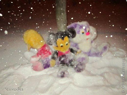 Как мы все просили у зимы снега! Все новогодние праздники прошли при +4 градусах. Какой там уж снег... Но как говорят - бойся желаний, могут исполнится. Практически за 2-3 дня температура за окном упала до 20-23 мороза!!! За сутки до катаклизма выпал снег. Нет, не так - ВЫПАЛ СНЕГ. Если я на ошибаюсь, то такая погода в моем родном Днепропетровске была лет 15-20 назад. Как и полагается порядочному катаклизму он подкрался в самое тихое время - ночью. Проснувшись утром, люди попали из лета в суровую зиму. Чтобы пойти на работу, пришлось сначала в 4:30 утра идти откапывать подъезд. Тихо падает снежок))) фото 5