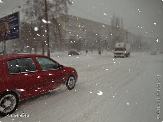 Как мы все просили у зимы снега! Все новогодние праздники прошли при +4 градусах. Какой там уж снег... Но как говорят - бойся желаний, могут исполнится. Практически за 2-3 дня температура за окном упала до 20-23 мороза!!! За сутки до катаклизма выпал снег. Нет, не так - ВЫПАЛ СНЕГ. Если я на ошибаюсь, то такая погода в моем родном Днепропетровске была лет 15-20 назад. Как и полагается порядочному катаклизму он подкрался в самое тихое время - ночью. Проснувшись утром, люди попали из лета в суровую зиму. Чтобы пойти на работу, пришлось сначала в 4:30 утра идти откапывать подъезд. Тихо падает снежок))) фото 8