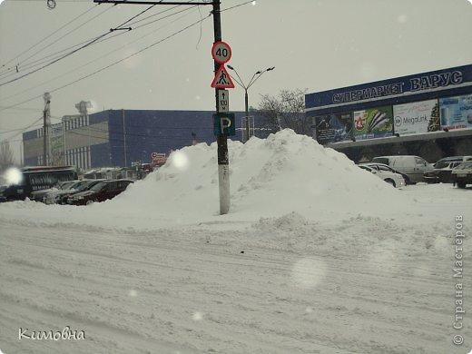Как мы все просили у зимы снега! Все новогодние праздники прошли при +4 градусах. Какой там уж снег... Но как говорят - бойся желаний, могут исполнится. Практически за 2-3 дня температура за окном упала до 20-23 мороза!!! За сутки до катаклизма выпал снег. Нет, не так - ВЫПАЛ СНЕГ. Если я на ошибаюсь, то такая погода в моем родном Днепропетровске была лет 15-20 назад. Как и полагается порядочному катаклизму он подкрался в самое тихое время - ночью. Проснувшись утром, люди попали из лета в суровую зиму. Чтобы пойти на работу, пришлось сначала в 4:30 утра идти откапывать подъезд. Тихо падает снежок))) фото 12