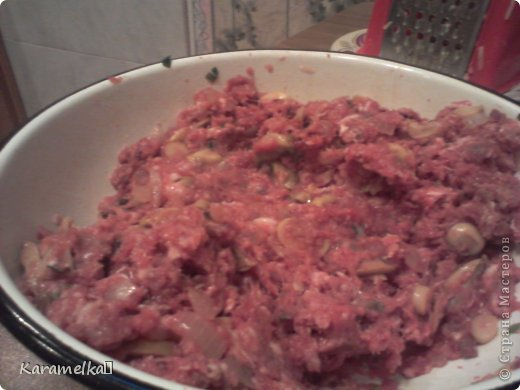 Доброго времени суток! Сегодня я предлагаю вам приготовить очень вкусные стожки. Нам понадобится: 1.) репчатый лук 2.) зеленый лук(по желанию) 3.) грибы 4.) фарш 5.) картофель 6.) сыр 7.) майонез. 8.) соль и перец (по вкусу) И так начнем: фото 4