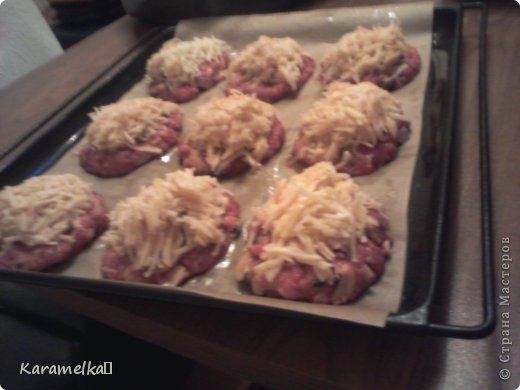 Доброго времени суток! Сегодня я предлагаю вам приготовить очень вкусные стожки. Нам понадобится: 1.) репчатый лук 2.) зеленый лук(по желанию) 3.) грибы 4.) фарш 5.) картофель 6.) сыр 7.) майонез. 8.) соль и перец (по вкусу) И так начнем: фото 8
