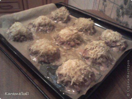 Доброго времени суток! Сегодня я предлагаю вам приготовить очень вкусные стожки. Нам понадобится: 1.) репчатый лук 2.) зеленый лук(по желанию) 3.) грибы 4.) фарш 5.) картофель 6.) сыр 7.) майонез. 8.) соль и перец (по вкусу) И так начнем: фото 9