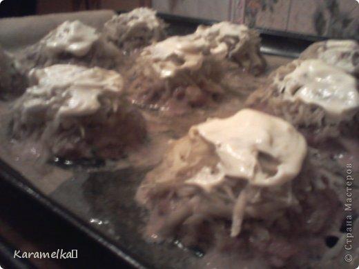 Доброго времени суток! Сегодня я предлагаю вам приготовить очень вкусные стожки. Нам понадобится: 1.) репчатый лук 2.) зеленый лук(по желанию) 3.) грибы 4.) фарш 5.) картофель 6.) сыр 7.) майонез. 8.) соль и перец (по вкусу) И так начнем: фото 11