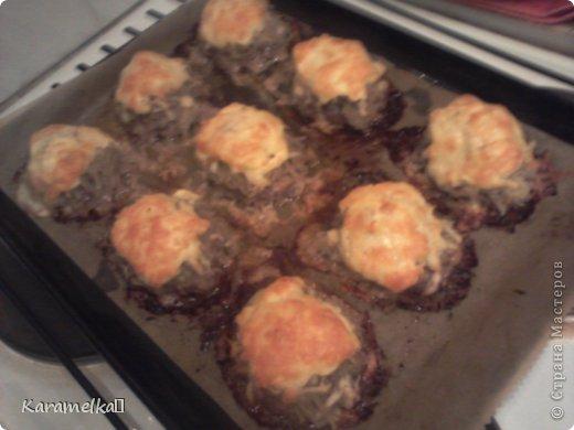 Доброго времени суток! Сегодня я предлагаю вам приготовить очень вкусные стожки. Нам понадобится: 1.) репчатый лук 2.) зеленый лук(по желанию) 3.) грибы 4.) фарш 5.) картофель 6.) сыр 7.) майонез. 8.) соль и перец (по вкусу) И так начнем: фото 13