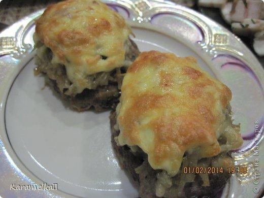 Доброго времени суток! Сегодня я предлагаю вам приготовить очень вкусные стожки. Нам понадобится: 1.) репчатый лук 2.) зеленый лук(по желанию) 3.) грибы 4.) фарш 5.) картофель 6.) сыр 7.) майонез. 8.) соль и перец (по вкусу) И так начнем: фото 14