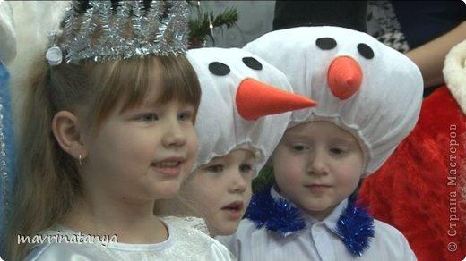 """Здравствуйте! К сожалению, уже прошла подготовительная суета накануне Нового года, закончились детские утренники и карнавалы. Немного с опозданием (извините, было много работы) выставляю мастер-класс по созданию новогоднего головного убора """"Снеговик"""". Он может быть самостоятельным изделием или идти в комплекте к карнавальному костюму. Такой головной убор будет всегда актуален.  Для изготовления данного изделия нам потребуются: - ткань на трикотажной основе, эластичная (в данном случае, велюр) двух цветов: белая - для головы снеговика, черная - для шляпы; - фетр (толщиной не более 1 мм) двух цветов: оранжевый - для носа-морковки, черный - для глаз; - бязь или ситец белого цвета в качестве подкладочного материала; - холофайбер в шариках - для набивки изделия; - резинка - шириной 0,5-0,7 см, длиной 52-54 см; - нитки для шитья. фото 32"""