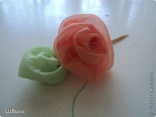 Роза из ткани.  Материалы: ткань двух цветов (для розы и листьев), нитки. фото 1