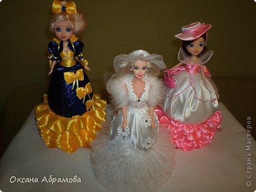 """Здравствуйте, мои дорогие мастера и мастерицы! Много лет я не притрагивалась к куклам ( у меня сынок и поэтому мы обычно играли в машинки), но всегда с удовольствием просматриваю появляющиеся куклы и наряды, которые вы им придумываете. Но в этом году не смогла удержаться и сделать подарки своим подругам на 8 марта. (при своем обучении пользовалась мк  """" ineska"""" и """"Ксения 2010"""") Выставляю на Ваш суд своих красавиц!"""