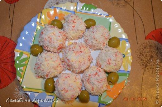 """кекс """"Лето"""" Состав: 2 яйца, сахар (1/2 стакана), маргарин, сода, мука.   Крем: сметана + сахар (взбить, поставить в холодильник).  Испечь два одинаковых кекса, один разрезать на кусочки. Пропитать кремом и выложить на кекс. Украсить по желанию любыми ягодами. фото 5"""