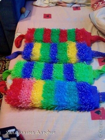 Этим летом я решила научиться вязать крючком самы простенькие вещи) Мое внимание пало на мочалочки из полипропиленовой пряжи. На этом снимке - радужная, в ней 7 цветов, по 12 рядов на каждый цвет (6 рядов-простые столбики без накида, 6 - вытянутые петли букле, они чередуются через один). В начале и в конце вязания по 5 рядов столбиками без накида, вхолостую, как я называю. В кольцо смыкаю 50 воздушных петель, во время вязания не расширяю и не сужаю. Ручки вяжу по 6 петель столбиками без накида, видно на следующих фотографиях. Таких радужных я уже 3 штуки связала и все раздарила. Людям нравится) фото 8