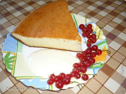 """кекс """"Лето"""" Состав: 2 яйца, сахар (1/2 стакана), маргарин, сода, мука.   Крем: сметана + сахар (взбить, поставить в холодильник).  Испечь два одинаковых кекса, один разрезать на кусочки. Пропитать кремом и выложить на кекс. Украсить по желанию любыми ягодами. фото 7"""