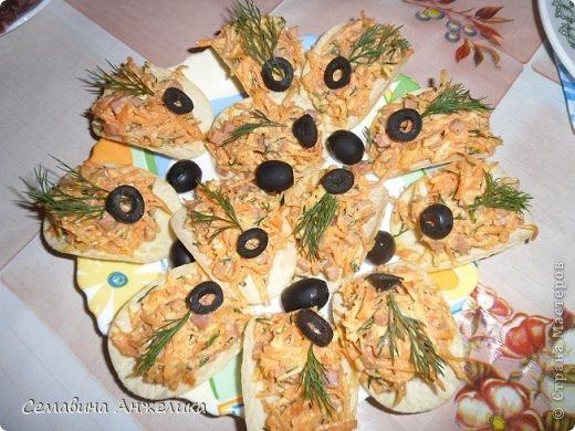 """кекс """"Лето"""" Состав: 2 яйца, сахар (1/2 стакана), маргарин, сода, мука.   Крем: сметана + сахар (взбить, поставить в холодильник).  Испечь два одинаковых кекса, один разрезать на кусочки. Пропитать кремом и выложить на кекс. Украсить по желанию любыми ягодами. фото 9"""