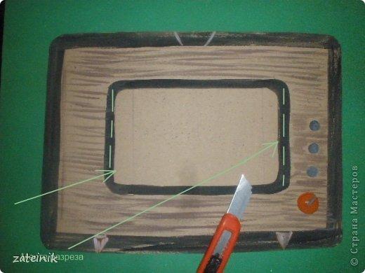 """""""Удивительный телевизор""""-забавная поделка-игрушка. Хорошая идея, чем занять детей на кружке и уроках технологии. Для изготовления поделки, рекомендуется провести 2 занятия с детьми. Первое-рисуем и мастерим телевизор. Второе занятие-создаем бумажного фильма-""""багета"""" смотри словарь. фото 3"""