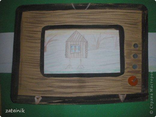 """""""Удивительный телевизор""""-забавная поделка-игрушка. Хорошая идея, чем занять детей на кружке и уроках технологии. Для изготовления поделки, рекомендуется провести 2 занятия с детьми. Первое-рисуем и мастерим телевизор. Второе занятие-создаем бумажного фильма-""""багета"""" смотри словарь. фото 5"""