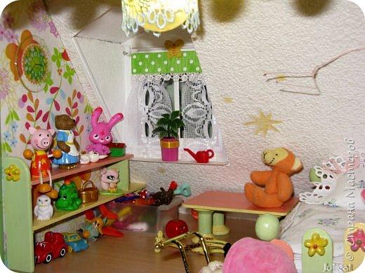Здравствуйте, уважаемые жители Страны мастеров и ее гости!!!  Рада приветствовать вас в моей второй теме про Домик для Мишутки Даринки! Домик - это подарок моей доченьке к Новому 2014 году.  Изготовление его продолжается уже третий месяц, хоть Новый год уже давно позади....  Начало нашей истории смотрите в моем первом блоге http://stranamasterov.ru/node/713606  Итак, домик по-прежнему выглядит так. фото 23