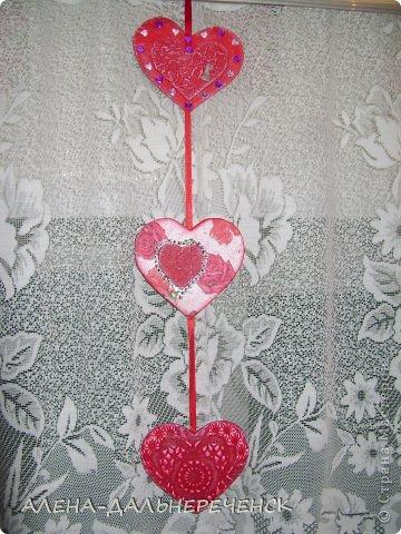 Поздравляю всех с днем Валентина-всех влюбленных. Валентинки делала из картона- в работе использовала салфетки, шпаклевку, контуры,стразы, бисер, паетки, атласные ленточки. акриловый лак и краски фото 5