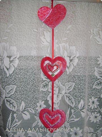 Поздравляю всех с днем Валентина-всех влюбленных. Валентинки делала из картона- в работе использовала салфетки, шпаклевку, контуры,стразы, бисер, паетки, атласные ленточки. акриловый лак и краски фото 6