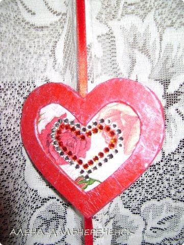 Поздравляю всех с днем Валентина-всех влюбленных. Валентинки делала из картона- в работе использовала салфетки, шпаклевку, контуры,стразы, бисер, паетки, атласные ленточки. акриловый лак и краски фото 10