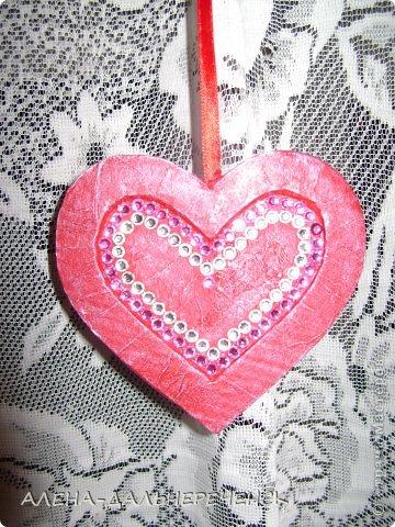 Поздравляю всех с днем Валентина-всех влюбленных. Валентинки делала из картона- в работе использовала салфетки, шпаклевку, контуры,стразы, бисер, паетки, атласные ленточки. акриловый лак и краски фото 12